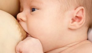 Сколько времени сосет грудь ребенок