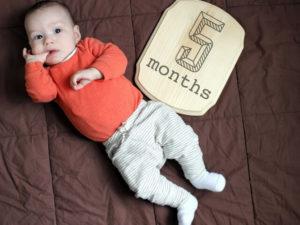 Ребенок на пятом месяце жизни