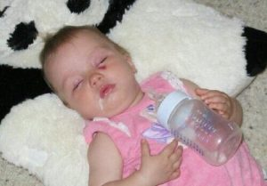 Почему грудной ребенок срыгивает фонтаном
