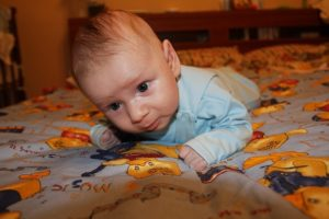 Ребенок в месяц держит голову