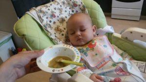 Грудничок засыпает во время кормления