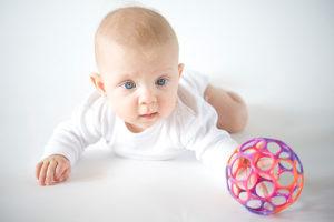 В месяц ребенок держит голову