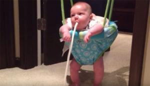 После кормления малыш срыгивает фонтаном