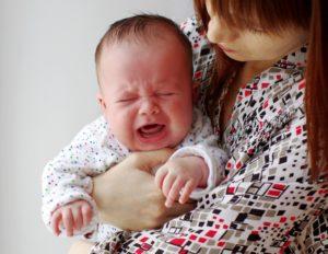 Ребенок плачет при сосании