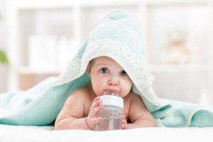 Нужно ли подпаивать новорожденного водой