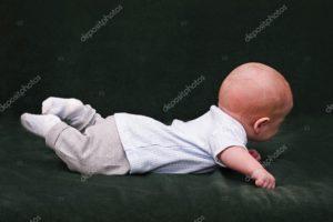 Ребенок лежит лицом вниз