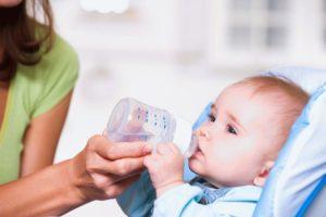 Когда новорожденный начинает пить воду