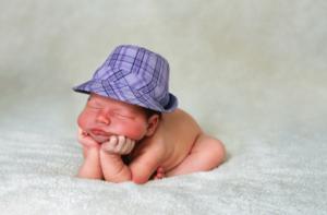 Когда начинает держать голову новорожденный