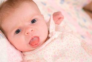 Почему торчит язык у ребенка