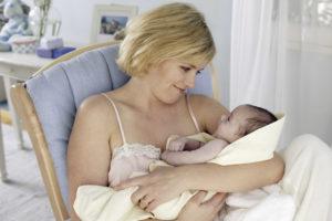Как кормить ребенка в первый день после родов