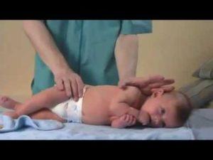 Как помочь малышу научиться переворачиваться