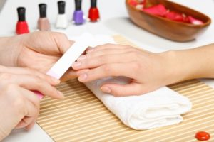 Можно ли во время беременности красить ногти шеллаком