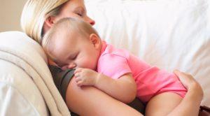 Ребенок засыпает во время кормления