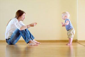 Когда ребенок самостоятельно начинает стоять