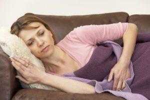 Болит низ живота у женщины при климаксе