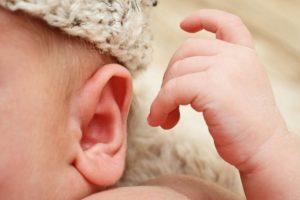 Когда у новорожденных появляется слух