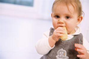 Когда нужно учить ребенка жевать