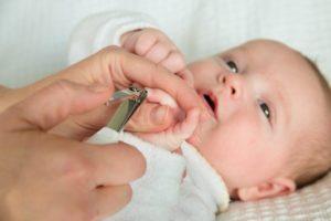 Когда нужно стричь ногти новорожденному
