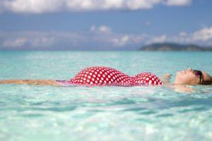Можно ли беременным загорать на море и купаться