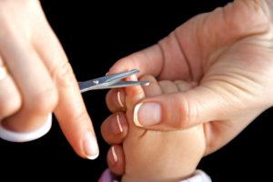Когда новорожденным можно обрезать ногти