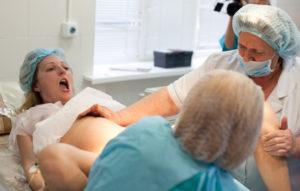 Сколько врачей присутствует при родах