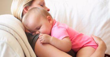 Ребенок спит во время кормления